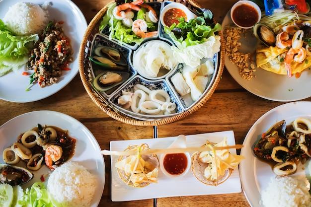 Ci sono molti tipi di cibo tailandese tra cui basilico saltato in padella, carne di maiale e frutti di mare, così come pad thai a phadthaiburi
