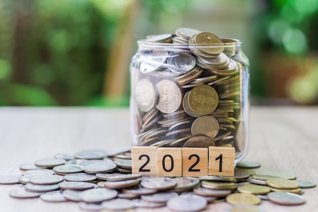 Ci sono monete che vengono messe sul tavolo di legno come un grafico in crescita.