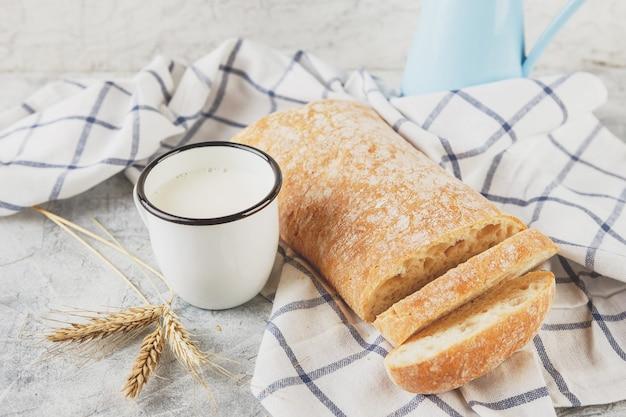 Ciabatta e tazza di latte con orecchie