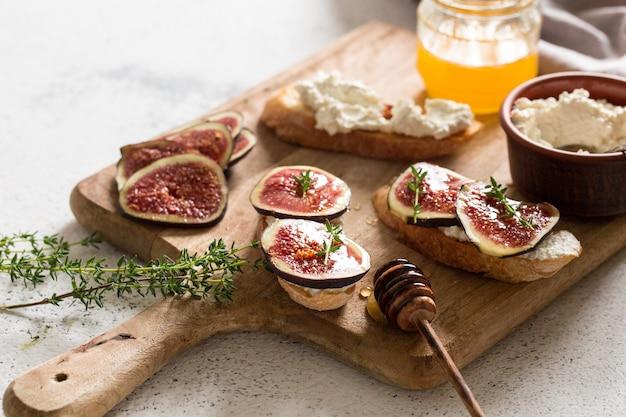 Ciabatta o bruschetta con ricotta, fichi e miele. panino con fichi e formaggio di capra