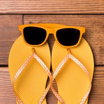 Ciabatte da spiaggia vista dall'alto con occhiali da sole