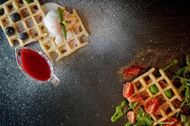 Cialde belghe dolci e salate al forno fresche, vista dall'alto in basso. cialde salate. concetto di colazione