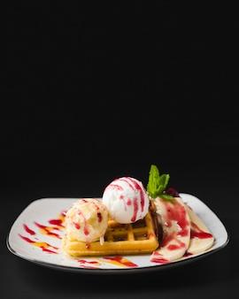 Cialde dolci con gelato copia spazio