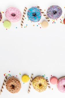 Ciambelle assortite con caramelle copia spazio
