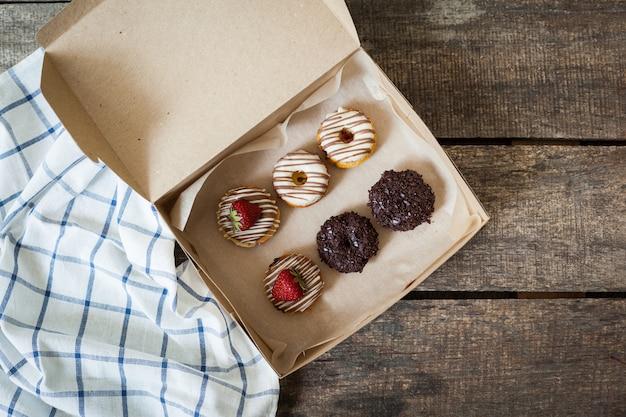 Ciambelle colorate in scatola