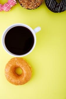 Ciambelle con tazza di caffee