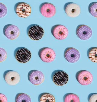 Ciambelle di caramelle sul tavolo blu.
