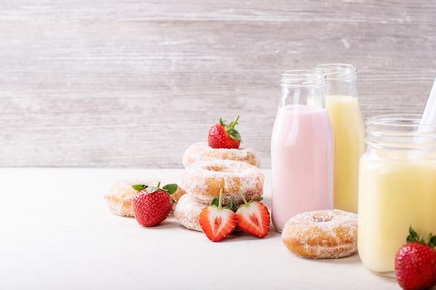 Ciambelle di zucchero servite con frappè