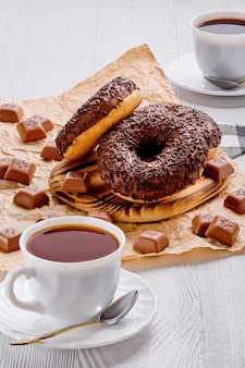 Ciambelle e caffè al cioccolato su legno luminoso