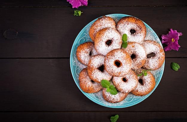 Ciambelle fatte in casa cosparse di zucchero a velo.