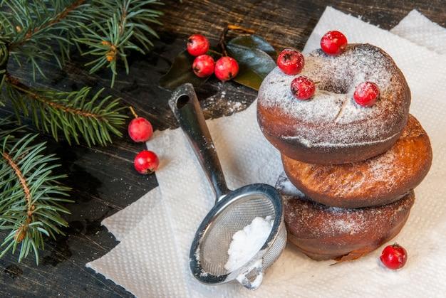 Ciambelle fresche fatte in casa cosparse di zucchero a velo, copia spazio