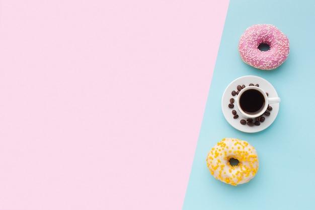 Ciambelle glassate con vista dall'alto di caffè