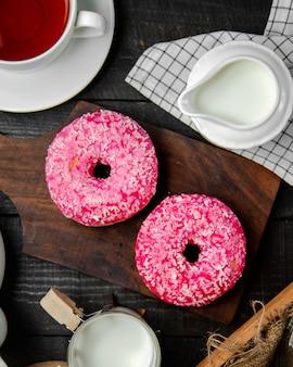 Ciambelle rosa con latte e tè nero