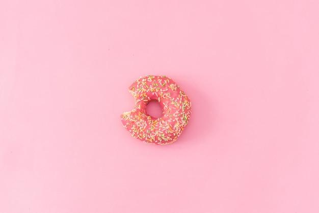 Ciambelle su sfondo rosa.