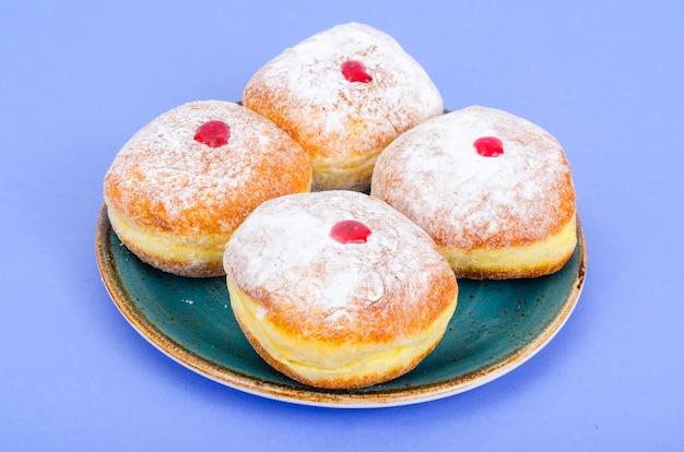 Ciambelle tradizionali con zucchero a velo e marmellata. festa ebraica di hanukkah.