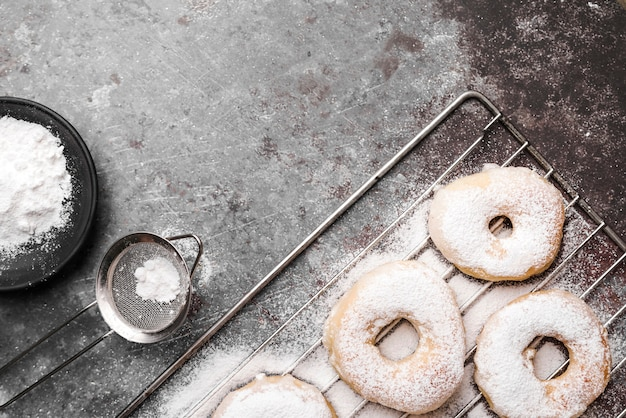 Ciambelle vista dall'alto con zucchero in polvere
