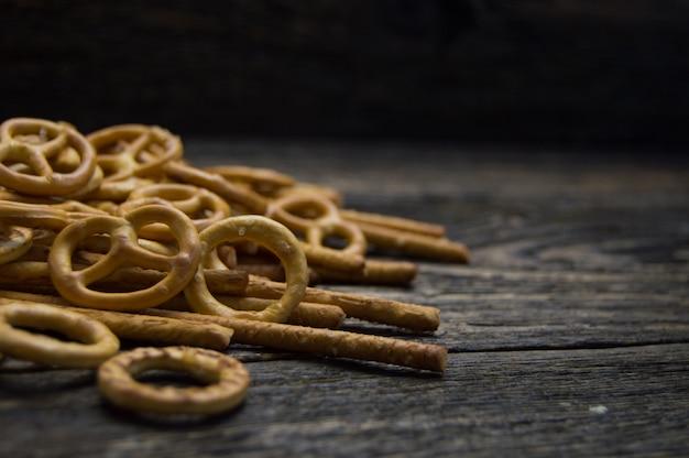 Ciambellina salata e pretzel si attacca sulla tavola di legno
