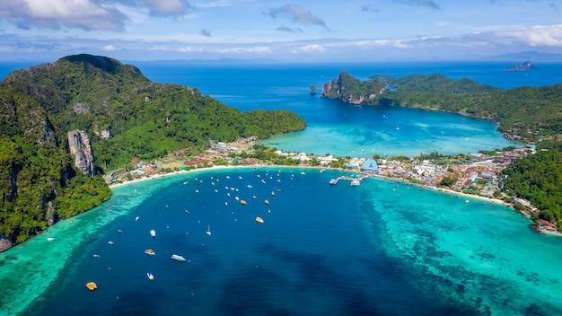 Ciao barca e turisti di stagione sulla vista aerea della tailandia di krabi dell'isola di phiphi dal fuco