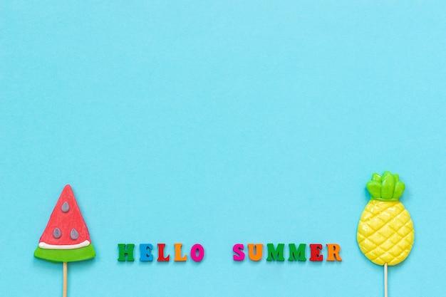 Ciao estate, lecca lecca ananas e anguria. concetto di vacanza o vacanze