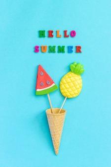 Ciao estate testo, lecca lecca ananas e anguria in cono gelato concetto vacanze o vacanze