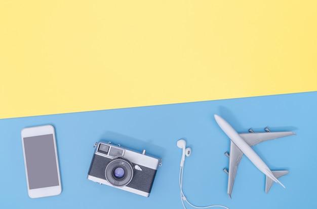 Ciao gadget ed accessori di viaggio di tecnologia sul piano dello spazio giallo della copia la vista superiore piana