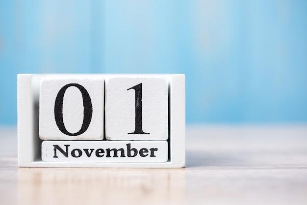 Ciao novembre del calendario bianco su legno con copyspace
