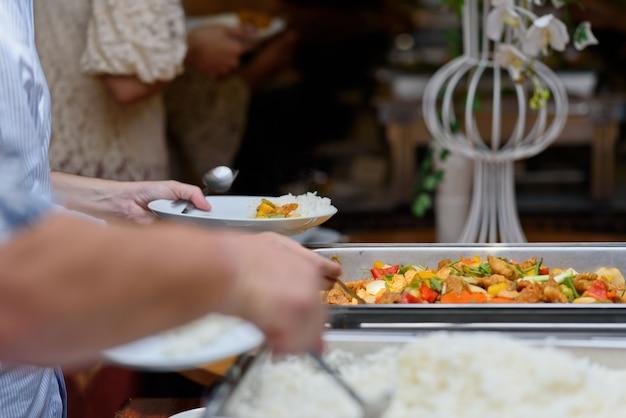 Cibo a buffet, catering festa al ristorante, mini tartine, snack e stuzzichini