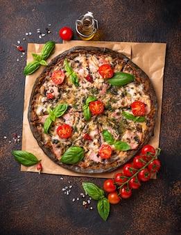 Cibo alla moda pizza nera italiana