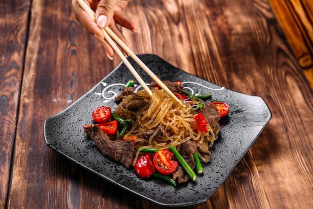 Cibo appetitoso piatto asiatico funchoza noodles