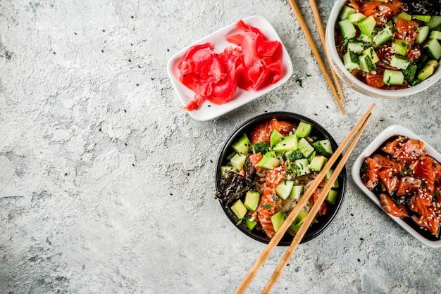 Cibo asiatico alla moda, sushi poke bowl con cetriolo, salmone, avocado