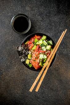 Cibo asiatico alla moda, sushi poke bowl