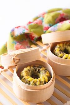 Cibo asiatico concetto dim sum fritti al vapore erba cipollina cipolle gnocchi cesto di bambù