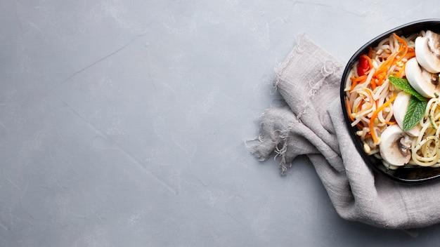 Cibo asiatico delizioso e sano su uno sfondo grigio con texture con spazio di copia