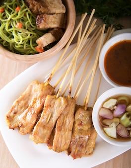 Cibo asiatico - satay di maiale con salsa di arachidi