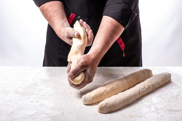 Cibo autentico israeliano. mescolando la polvere per fare il pane delizioso. pane challah crudo