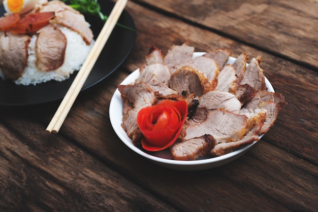 Cibo cinese, maiale fritto con riso e agg su legno