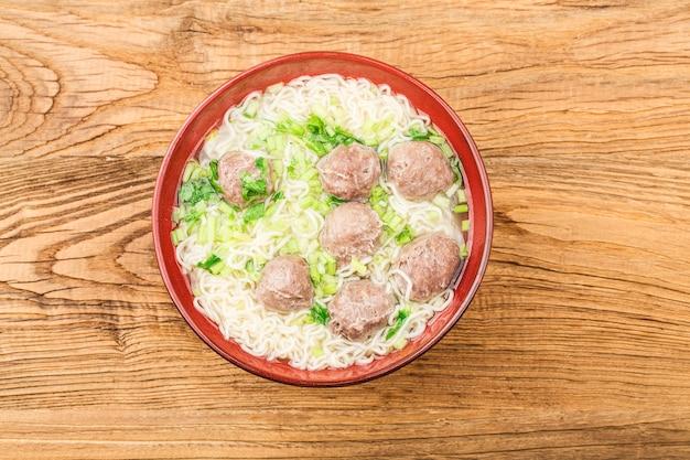 Cibo cinese: polpette di carne servite con spaghetti,