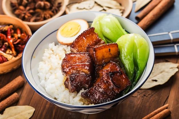 Cibo cinese, riso brasato di maiale