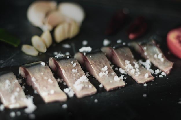 Cibo del giappone, sashimi di sgombro e sfondo ingrediente black