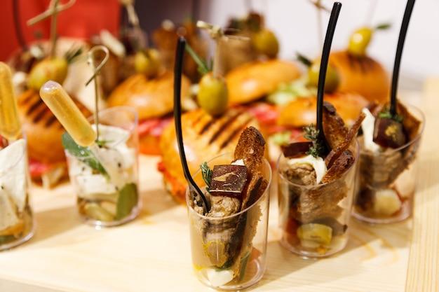 Cibo delizioso e appetitoso per feste, feste in ufficio, conferenze, forum