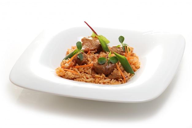 Cibo delizioso su un piatto bianco