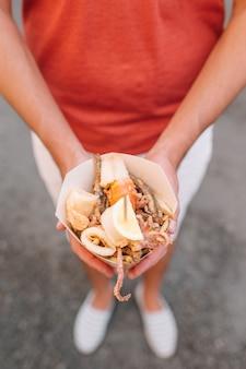 Cibo di strada italiano grigliato pesce di mare, gamberi, calamari e verdure