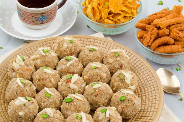 Cibo dolce tradizionale indiano urad dal laddu