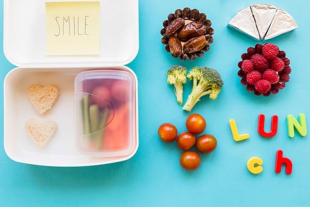 Cibo e pranzo scrivono vicino al lunchbox