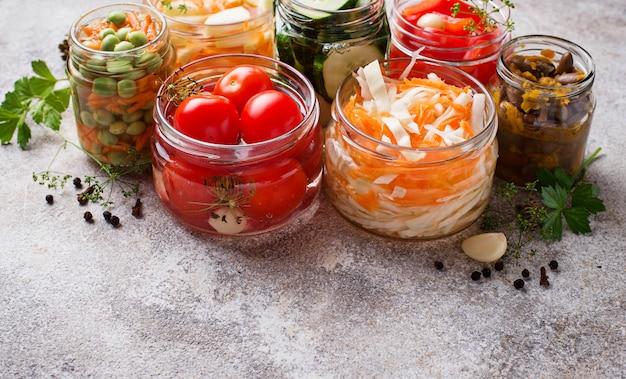 Cibo fermentato conserve di ortaggi in barattoli