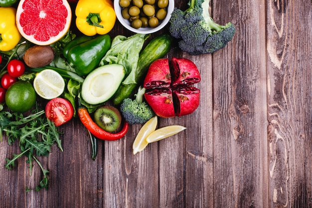 Cibo fresco e sano avocabo, cavoletti di bruxelles, cetrioli, peperoni rossi, gialli e verdi
