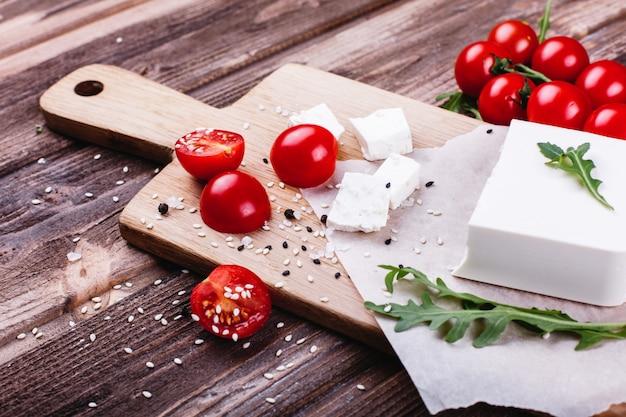 Cibo fresco e sano deliziosa cena italiana formaggio fresco servito sul bordo di legno