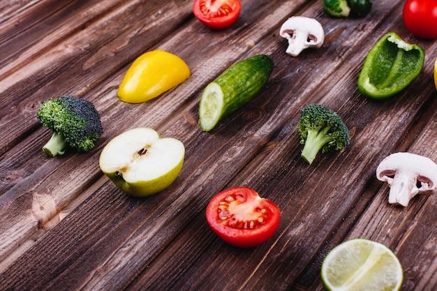 Cibo fresco e sano pepe giallo e verde, limone, lime, broccoli, pomodori,
