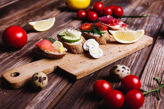 Cibo fresco e sano spuntini o idee per il pranzo. pane fatto in casa con formaggio, avocado