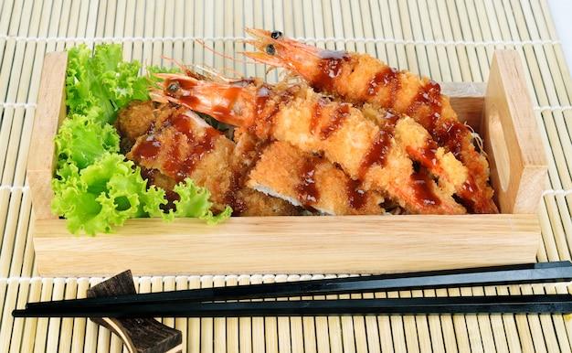 Cibo giapponese - gamberi tempura fritti e maiale fritto.